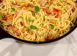 Pasta con queso feta al horno y tomate